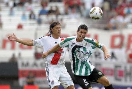 Ganó su primer título en Argentina con Banfield. Acá pelea un balón con Almeyda de River Plate.