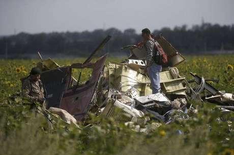 Investigador da Malásia inspeciona local de acidente com voo MH17 da Malaysia na Ucrânia nesta terça-feira.