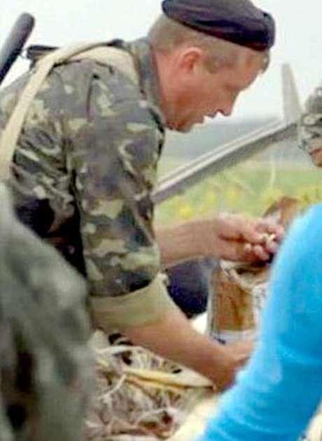 <p>Foto mostra o pró-russo com um anel de ouro nas mãos</p>