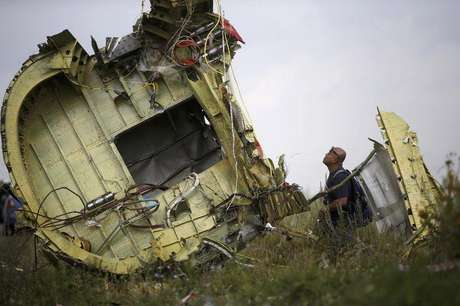 Investigador da Malásia inspeciona local de queda de avião na Ucrânia.