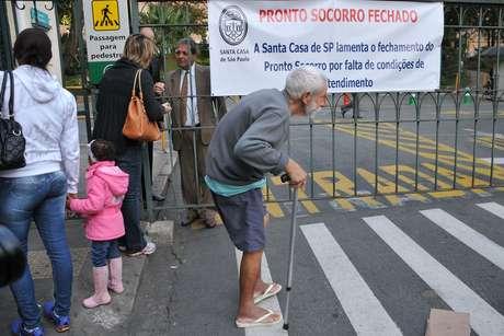 Paciente em frente ao prédio da Santa Casa em São Paulo