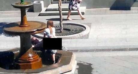 <p>O casal faz sexo em uma fonte da rua Leningrado, em Samara, Rússia</p>