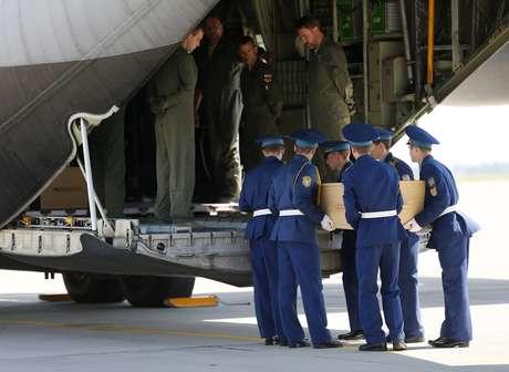 Após um minuto de silêncio, militares transportaram os primeiros caixões e os colocaram em um dos dois aviões Hércules C-130