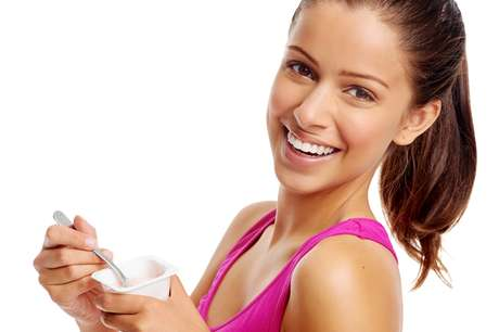 Por conter ácido lático, o iogurte natural ameniza os efeitos das agressões externas, como o vento e o sol, hidratando a pele e prevenindo rugas