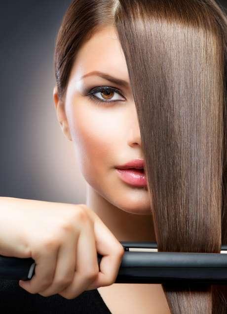 A chapinha deve ser feita com o cabelo seco, pois os fios ficam mais resistentes ao calor intenso