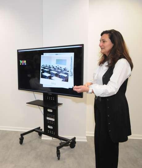 Diretora de Inovação da Estácio, Lindália Reis mostra a tela conectada desenvolvida pela universidade para a sala de aula do futuro