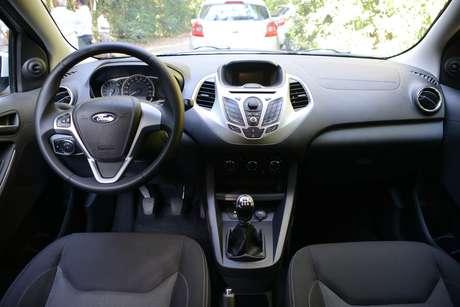 <p>O interior lembra o New Fiesta pelo desenho do painel central, mas com acabamento mais simples que o irmão maior</p>