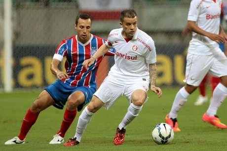 Branquinho e D'Alessandro disputam bola em duelo na Fonte Nova