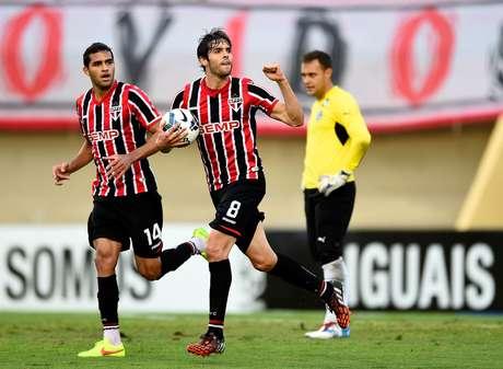 Kaká anotou o único gol do São Paulo no jogo