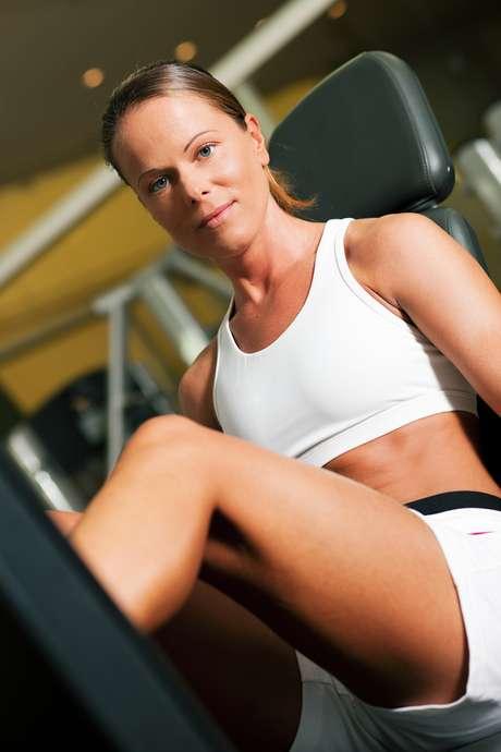 <p>O hábito de prender a respiração para levantar o peso desejado durante a musculação provoca um aumento da pressão intra-abdominal, que dificulta o retorno venoso ao coração. Dessa forma, parte do sangue que deveria se locomover pelo corpo fica estacionada, aumentando a pressão dentro das veias e dando origem às varizes</p>
