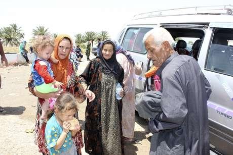 Famílias deixam a cidade iraquiana de Mossul em 24 de julho