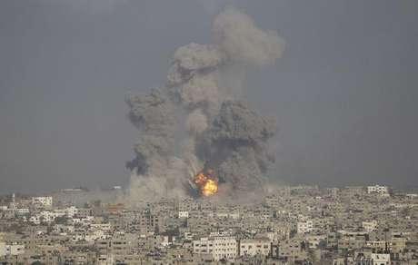 <p>Fuma&ccedil;a e chamas s&atilde;o vistas em Gaza ap&oacute;s ataque israelense</p>
