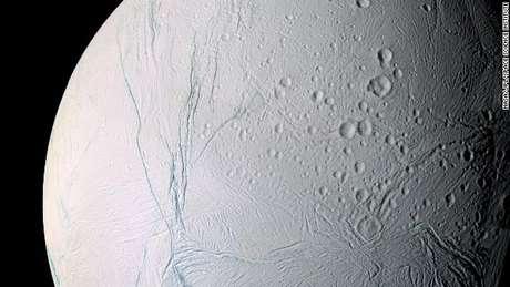 <p>Encélado é o sexto maior satélite natural de Saturno</p>