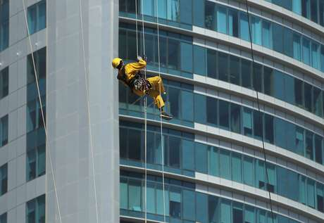 <p>Operários sofrem com condições ruins no Catar</p>