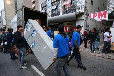 Moradores da ocupação deixaram o prédio no início da manhã desta terça