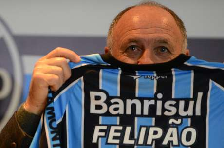 <p>Depois de 18 anos, Luiz Felipe Scolari retornou ao Grêmio. O treinador de 65 anos foi apresentado pelo clube gaúcho nesta quarta-feira, na Arena, e posou com a camisa tricolor</p>