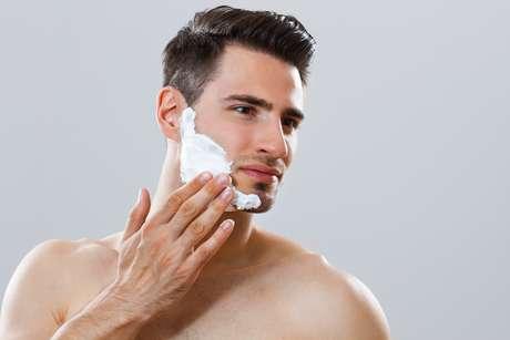 Para manter os pelos do rosto nos lugares certos e formar uma barba harmoniosa, é importante escolher uma boa espuma para evitar cortes e irritações na pele
