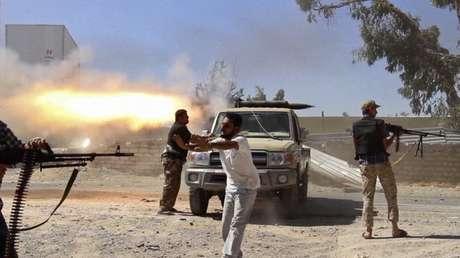 <p>Combatentes da brigada islâmica Misarata atiram contra o aeroporto de Trípolina tentativa de tomar o controle da região, dominada poruma poderosa milícia rival, em 26 de julho</p>
