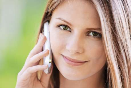 Indispensável na rotina de grande parte das mulheres, o celular pode se tornar um inimigo da beleza, já que o seu uso excessivo é capaz de causar alergias e até o aparecimento de manchas e rugas na pele