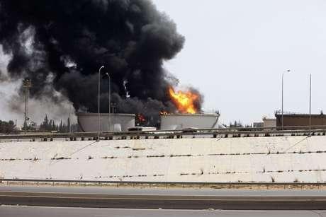 <p>Incêndio provocado pelo confronto entre milícias rivaisem um depósito de combustível perto da estrada do aeroporto em Trípoli, em29 de julho</p>
