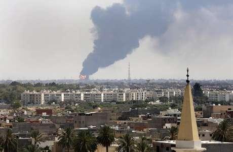 <p>Uma coluna de fumaça é vista nohorizonte durante um incêndio em umdepósito de óleo atingido durante batalhas entremilícias rivais, em Tíipoli, em 28 de julho</p>