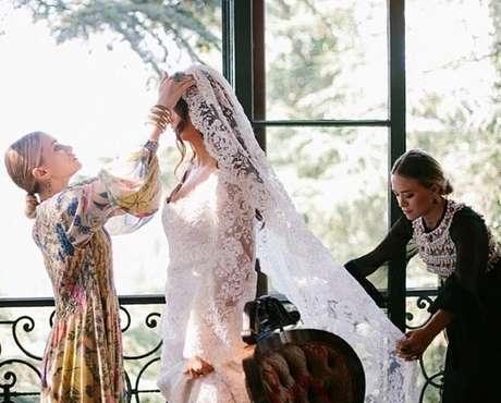 <p>Irmãs Olsen criaram vestido em parceria com a noiva, também estilista, Molly Fishkin</p>