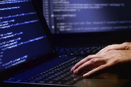 <p>Depois de inserida duas senhas ligadas ao malware, a máquina começa a expelir dinheiro, laranjas recolhem a quantia e fogem</p>