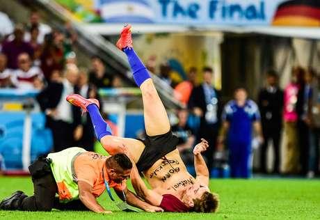 <p>Torcedor invade o gramado durante partida final da Copa, entre Alemanha e Argentina, no Estádio do Maracanã. Rio de Janeiro</p>