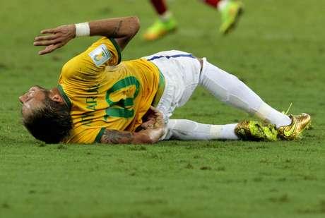 Atacante Neymar fica no chão após disputa com o colombiano Zúniga, em lance que tirou o brasileiro da Copa. Fortaleza, CE, 04/07/2014