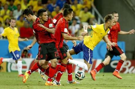 <p>Neymar sofre falta após ser cercado por quatro jogadores do México, no Estádio Castelão. Fortaleza, CE, 17/06/2014</p>