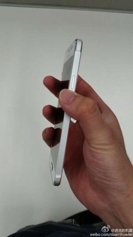 <p>Foto do suposto Samsung Galaxy Alpha mostra celular com lateral similar a do iPhone</p>