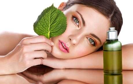 Manipulados no formato de óleos ou manteigas, ativos naturais como a andiroba, o buriti, o pracaxi, a ucuúba e o cupuaçu ajudam a combater o ressecamento e a regenerar a pele