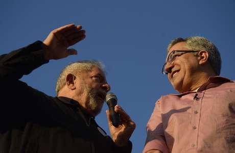 Ex-presidente tenta impulsionar popularidade do candidato do PT ao governo paulista
