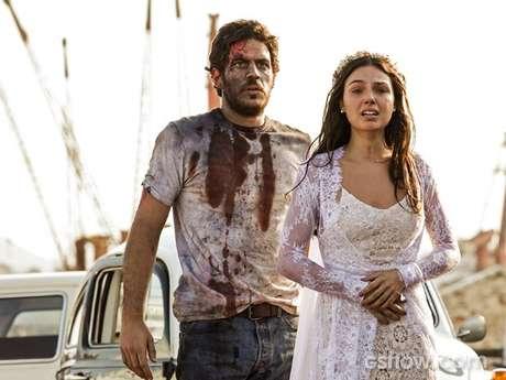 Sandra se desespera ao ver o corpo do noivo e é consolada por Rafael