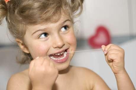 Mais que ensinar, o exemplo é super importante, a criança acaba por ser motivada ao ver seus pais usando o fio dental
