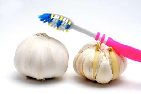 Alguns compostos do algo e da cebola não podem ser decompostos durante a digestão, sendo liberados pela respiração e suor