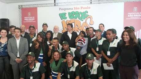"""<p>O prefeito de São Paulo, Fernando Haddad (PT), com os primeiros benefeciários do programa """"De Braços Abertos"""" que conseguiram um emprego com carteira assinada, em agosto de 2014</p>"""