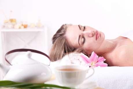 Mais lembrados no inverno, quando consumidos para espantar o frio, os chás também estão presentes em tratamentos estéticos para hidratar e acalmar a pele