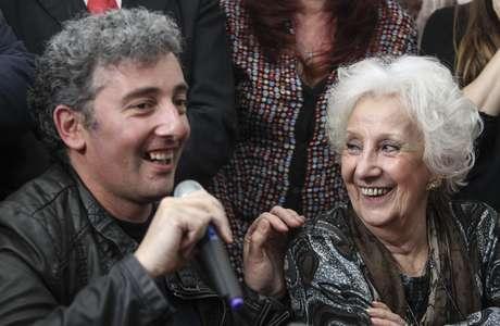 <p>Guido Montoya Carlottofala em sua primeira aparição pública ao lado da avó, Estela de Carlotto,em Buenos Aires, em 8 de agosto</p>