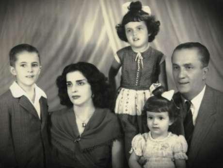 <p>Candidata do PT(de pé) é a filha do meio do casamento de Pedro e Dilma</p>