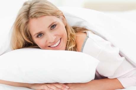 """<p>Dormir com o rosto encostado na fronha de algodão do travesseiro tende a provocar as chamadas """"rugas de sono""""</p>"""