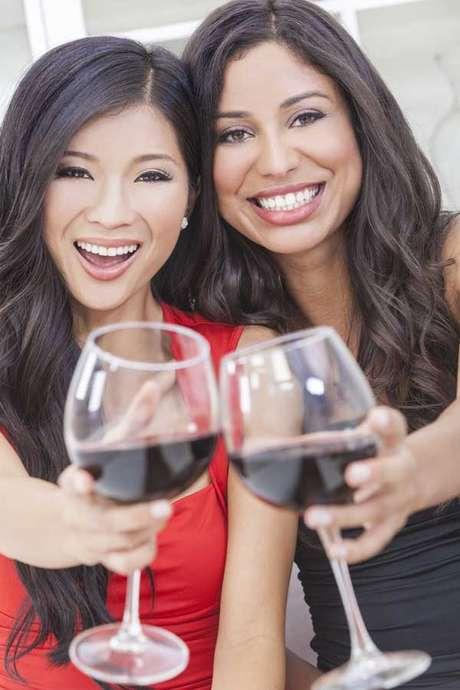 Os vinhos tintos têm uma acidez que contribui para a desmineralização dos dentes e permite uma adesão dos pigmentos naturais da bebida