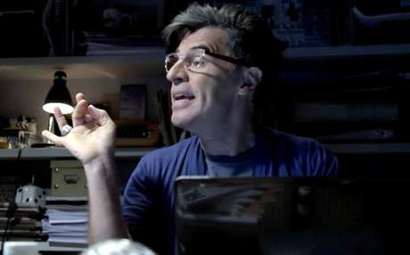 Téo Pereira (Paulo Betti) era um jornalista venenoso e afetado