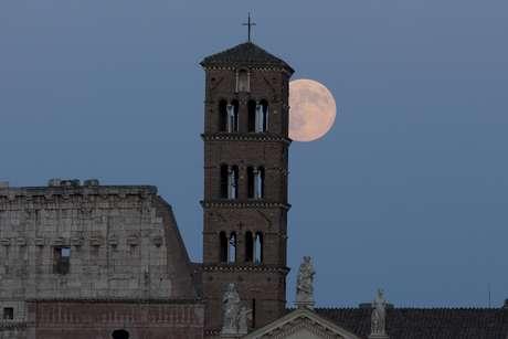 Superlua avistada em Roma, na Itália