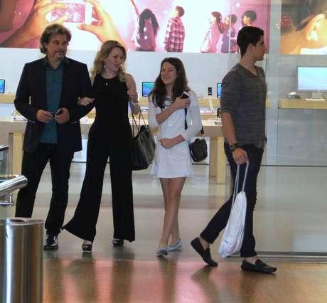 Edson Celulari curtiu o domingo (10) no shopping com os filhos