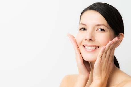 Colocado abaixo das bochechas, o sutiã pode ser ajustado para esticar a cútis e suavizar as marcas que aparecem quando ocorre o movimento dos músculos faciais