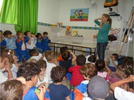 Na grade de aulas estão, inclusive, as específicas para as crianças aprenderem a passar o fio dental
