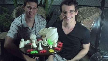 O engenheiro Marcus Casagrande (à esquerda) e o designer Yan Molinos montaram a Koios, empresa de impressão 3D, logo depois de se formarem