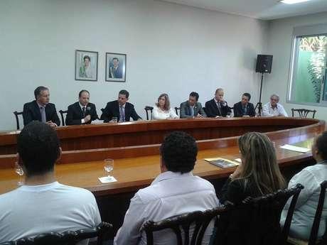 <p>O goverandor garantiu durante a reunião que a polícia está investigando se há um assassinoem série ou vários assassinos por trás dos crimes cometidos em Goiás</p>