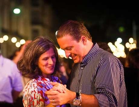 <p>Renata ao lado do marido, morto em uma cidente aéreo na última semana</p>